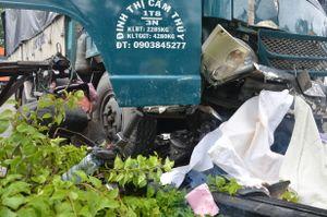 TP.HCM: Tránh xe container, xe tải tông nát 4 xe máy, 1 người chết