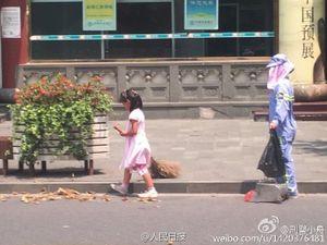 Cảm động bé gái giúp người mẹ lao công quét rác giữa trời nắng nóng