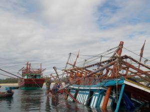 Bốn tàu cá bị chìm và một người mất tích trong cơn bão số 1