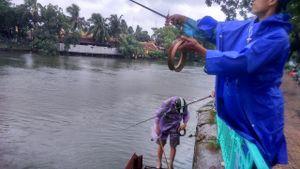Chùm ảnh: Bất chấp mưa bão, trèo qua rào chắn câu cá Hồ Tây