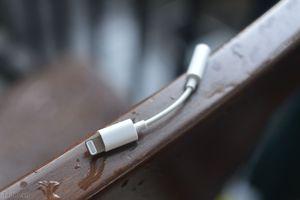 Trên tay adapter chuyển từ Lightning sang tai nghe 3.5mm có thể sẽ đi kèm với iPhone 7