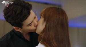 """Hai thế giới"" tập 3: Lee Jong Suk bắn Han Hyo Joo sau khi hôn thắm thiết"