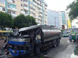 Xe bồn bẹp đầu sau cú tông xe buýt, giao thông tắc nghẽn