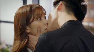'W': Vừa khóa môi nồng nàn, Han Hyo Joo 'ăn' đạn từ Lee Jong Suk