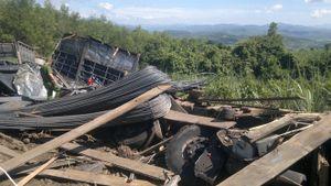 Lật xe tải chở sắt thép, 3 người tử vong