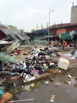 Clip lốc xoáy xuất hiện bất ngờ thổi tung mọi thứ trên đường phố Bắc Ninh