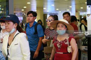 Vợ chồng Thu Minh tình cảm xuất hiện ở sân bay sau khi bị tố lừa đảo tiền tỉ