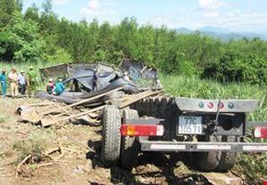 Xe chở thép lao xuống ruộng mía, 3 người tử vong