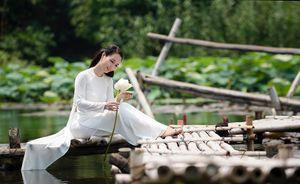 Mai Thu Huyền khoe vẻ đẹp không tuổi bên hồ sen