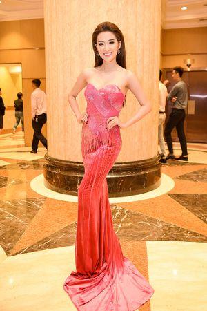 Sợ học trò 'lộ hàng', Phạm Hương tỉ mỉ chỉnh váy cho Ngọc Loan