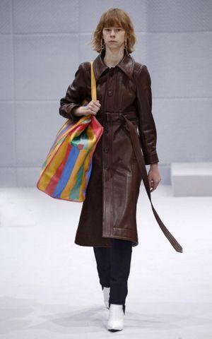 Balenciaga đã làm thế nào để biến 'làn đi chợ' trở thành biểu tượng thời trang?