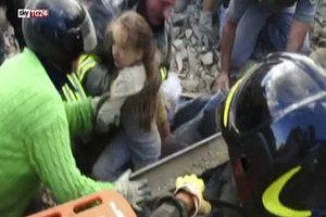 Cứu bé gái bị vùi lấp từ đống đổ nát động đất Italy