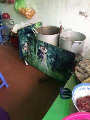 Sau tất cả, là số phận bi đát của những tấm ảnh cưới: Hết chặn rác che bếp lại đến làm bạt chống nắng