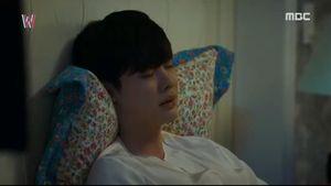 Hai thế giới tập 11: Rùng rợn cảnh Han Hyo Joo bị cánh tay bí ẩn bóp cổ