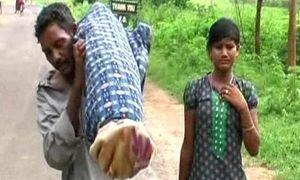 Chồng nghèo vác xác vợ đi bộ 12 km
