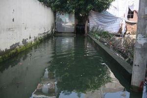 Hà Nội 1 tuần sau bão: Cả phố bơi trong nước bẩn