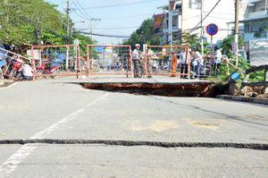 Cầu nứt toác, tạo hàm ếch sau mưa lớn ở Sài Gòn