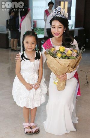 Hoa hậu Mỹ Linh tất bật giao lưu sau đăng quang