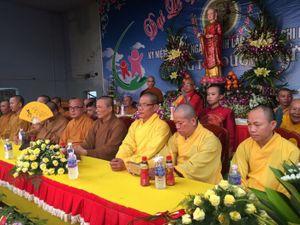 Xúc động Hồ Văn Cường cài hoa cho Phi Nhung trong lễ Vu Lan
