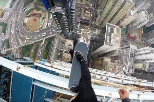 Video: Dựng tóc gáy màn thăng bằng trên ván trượt tại nóc nhà chọc trời