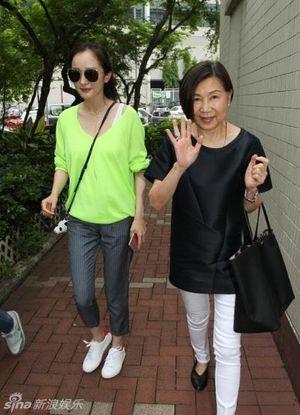 Bị chỉ trích 'không đoái hoài tới gia đình', Dương Mịch - Lưu Khải Uy vội vàng trở về Hồng Kông đưa con đi học
