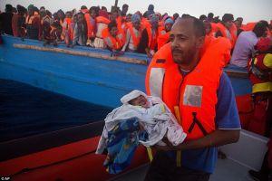 Em bé 5 ngày tuổi được cứu sống trên chiếc thuyền di cư nhồi nhét 700 người