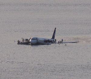 Tom Hank gây sốt với phim về vụ tai nạn máy bay 'kỳ diệu'