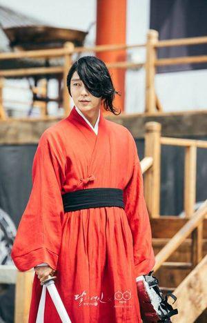 """Người tình ánh trăng tập 3: Rùng mình với """"thánh cân team"""" Lee Jun Ki"""