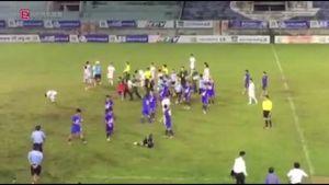 Cầu thủ U15 An Giang đánh đối thủ sau khi thua trận