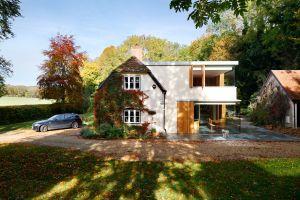 Ngôi nhà có cây leo kín tường đẹp và bình yên như trong truyện cổ tích