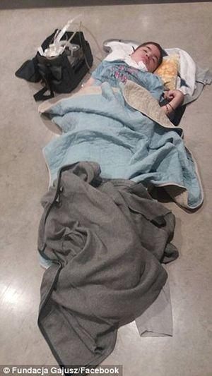 Cậu bé mắc bệnh nan y phải nằm trên sàn sân bay nhiều giờ đồng hồ