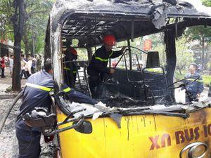 Xe buýt bốc cháy dữ dội trên đường Lạc Long Quân