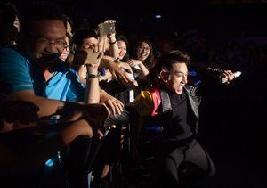 Isaac 'méo mặt' vì bị khán giả lôi kéo khi đang biểu diễn