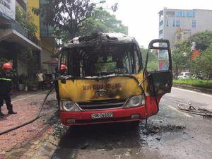 Xe buýt đang chạy, bất ngờ nổ rồi bốc cháy ngùn ngụt
