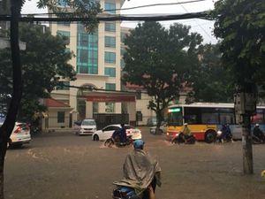 Đường phố Hà Nội thành sông, giao thông ùn tắc sau mưa