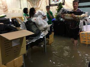TP Hồ Chí Minh: Mưa lớn, nhiều tuyến đường ngập trong biển nước