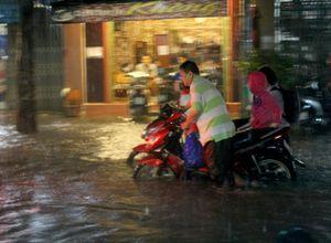 Học sinh đội mưa, lội nước bẩn để về được nhà
