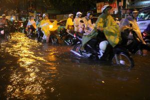 Đường phố Sài Gòn như có lũ về sau mưa lớn