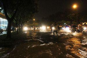 Người Sài Gòn lại chới với trong biển nước vì mưa lớn
