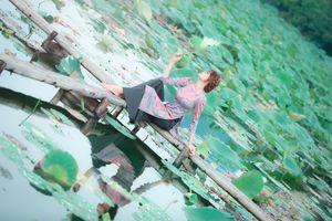 Ngắm vẻ đẹp của Hoa khôi xứ dừa bên hồ sen
