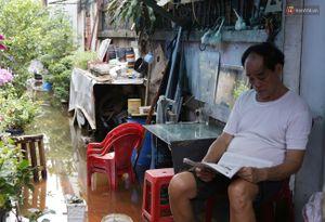 Sau trận mưa ngập, người Sài Gòn miệt mài tát nước từ đêm hôm trước đến trưa hôm sau