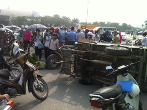 Hà Nội: Xe 3 bánh chở hàng cồng kềnh va chạm với xe đạp điện của nữ sinh