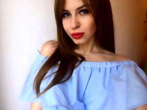 Nữ sinh xinh đẹp rao bán 'cái ngàn vàng' trực tuyến lấy tiền đi du học