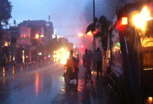 Dây điện cháy nổ dữ dội trên đường phố Sài Gòn