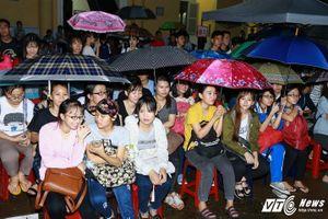 Hoa hậu Phạm Hương nhí nhảnh 'tự sướng' cùng sinh viên ĐH Sài Gòn