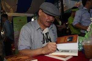 Nhạc sĩ Trần Tiến ngẫu hứng 'vẽ' chân dung lãng du