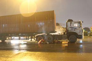 Bé trai 11 tuổi chết thảm dưới bánh xe container
