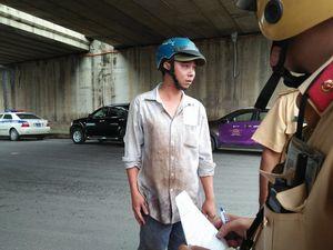 CSGT khiêng tôn thép trên xe 'tử thần' ở Sài Gòn, không cho chở tiếp