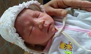 Vợ chồng hiếm muộn bật khóc xin nuôi bé bị bỏ rơi ở Hà Nội