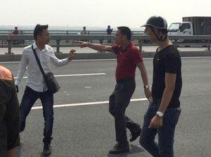 Công an 'gạt tay vào má' phóng viên trên cầu Nhật Tân: Việc rõ như ban ngày mà kết luận thế được sao?